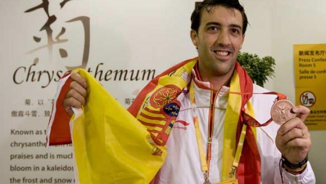 El tirador español José Luis Abajo, tras ganar su medalla de bronce en Pekín.