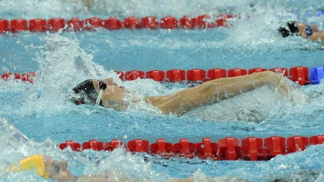 La española Nina Alexandrovna Zhivanevskaya nada en su serie de 100 m espalda.