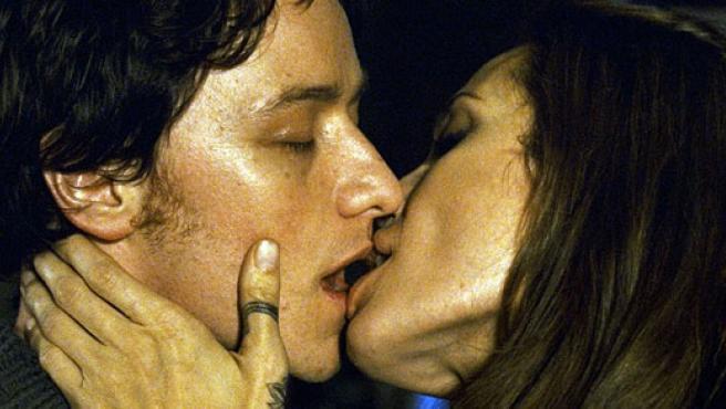 El ardiente beso de McAvoy y Jolie en 'Wanted'.