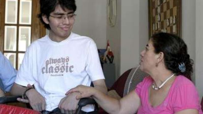 Enrique Bustamante, junto a su madre, invita al lector a descubrir la importancia de la vida.
