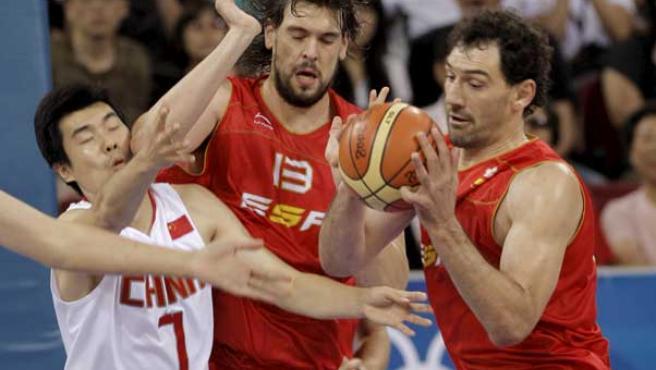 Marc Gasol y Jorge Garbajosa pelean un balón en el partido contra China. (EFE)