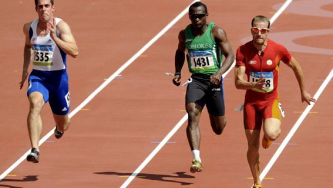 El español Ángel David Rodríguez (i), el comorano Mhadjou (c) y el checo Lukas Milo (d) compiten en la prueba clasificatoria de 100 metros. (EFE)