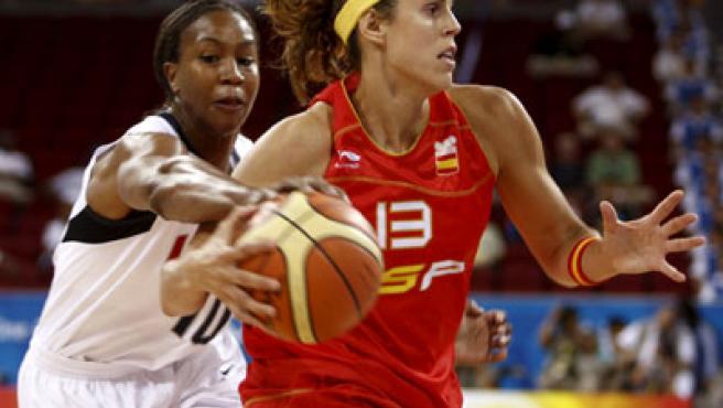 La española Amaya Valdemoro conduce el balón ante el intento de robo de la estadounidense Tamika Catchings.