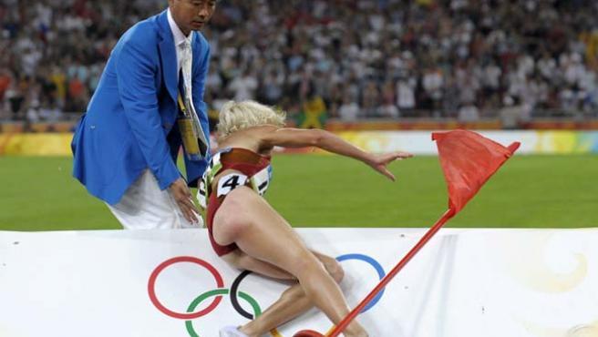 Esta caída ha privado a Marta Domínguez de la medalla. (AP)