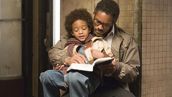 Will Smith, junto a su hijo Christopher, en 'En busca de la felicidad'.