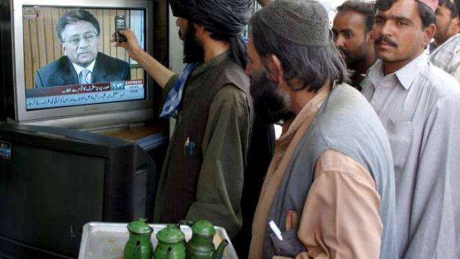Un grupo de paquistaníes escuchan por televisión el discurso de renuncia del presidente Musharraf, en Quetta (Pakistán). EFE/W.K