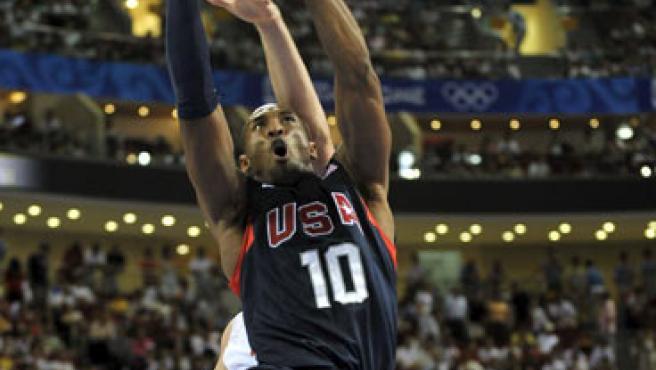 El escolta de Estados Unidos Kobe Bryant intenta un mate ante la defensa del pívot Marc Gasol (detrás).