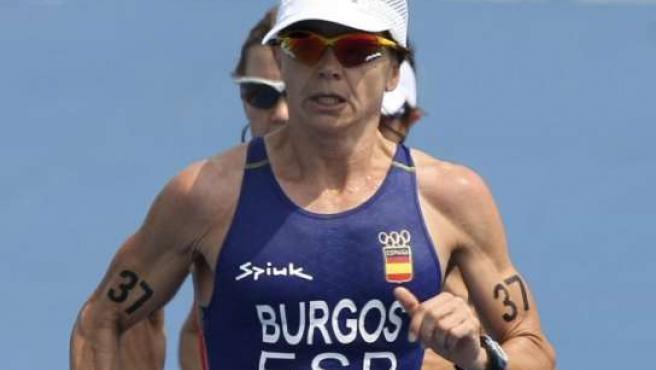 La española Ana Burgos en un momento de su competición en el triatlón femenino de los Juegos Olímpicos de Pekín (EFE)