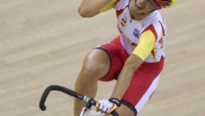 La ciclista española Leire Olaberría celebra el bronce que ganó en la prueba de puntuación femenina de Pekín 2008 (EFE)