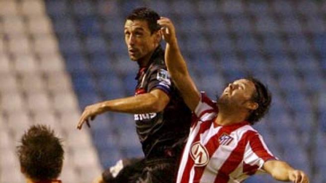 Maniche y Neru pelean un balón en el Teresa Herrera (EFE).