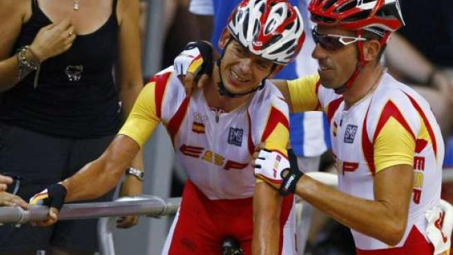 Joan Llaneras y Toni Tauler celebran su medalla de plata en la prueba de Madison de los Juegos Olímpicos de Pekín (REUTERS)