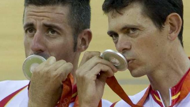 Los ciclistas Joan Llaneras (dcha) y Antonio Tauler besan sus medallas de plata en la prueba de Madison de Pekín 2008 (EFE)