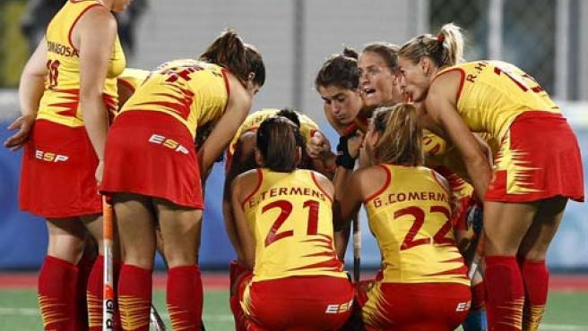 La jugadoras de la selección española de hockey hierba reunidas en el centro del terreno de juego (Efe).