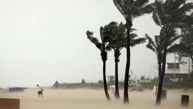 En la imagen, un trabajador de Palm Beach (Florida) trata de hacer frente al temporal.AP/R.G