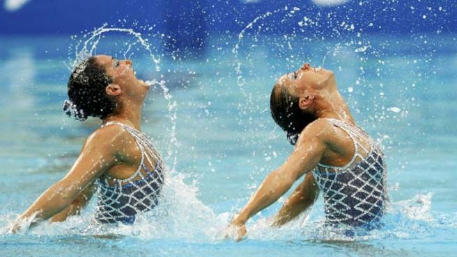 Andrea Fuentes y Gemma Mengual, en el ejercicio que les dio la plata olímpica.