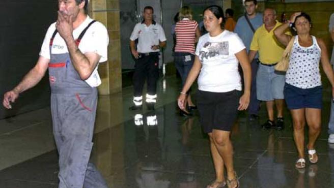 Familiares de las víctimas llegan al aeropuerto de Las Palmas.
