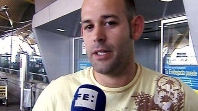 Imagen tomada de EFE TV de Héctor, que junto con su pareja tenía que volar en el avión de Spanair siniestrado en el aeropuerto de Barajas. (EFE)