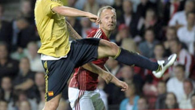 Fernando Torres controla un balón con la cabeza ante Dinamarca. (EFE)