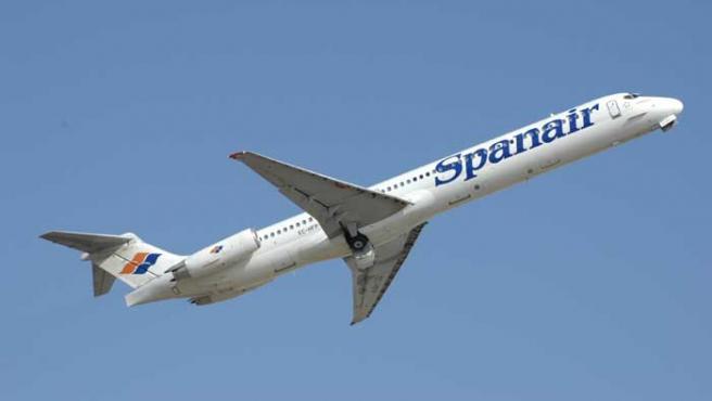 Un avión de Spanair, en el momento del despegue (Reuters)