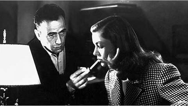 Humphrey Bogart le da fuego a Lauren Bacall.