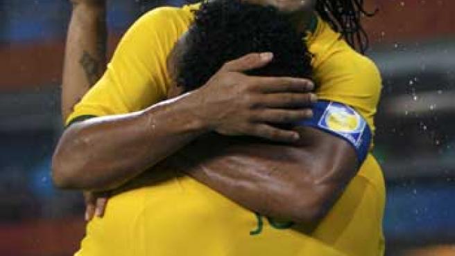 Ronaldinho se abraza a su compañero Jo para celebrar el bronce de la selección brasileña de fútbol.