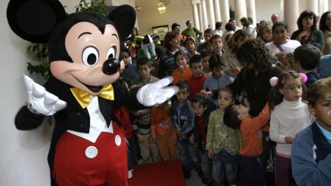 Mickey Mouse, junto a un grupo de niños.