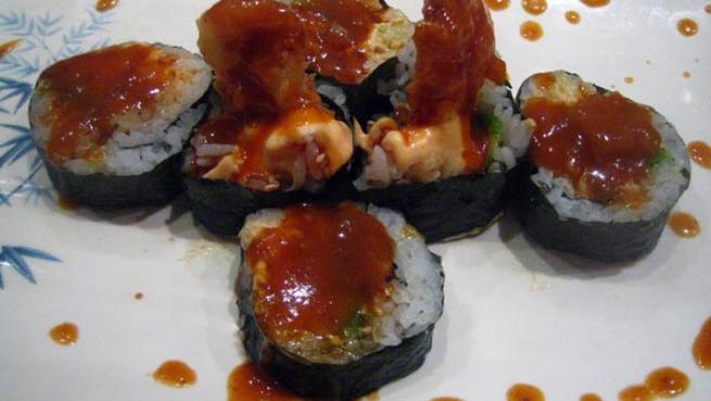 Un plato de comida japonesa.