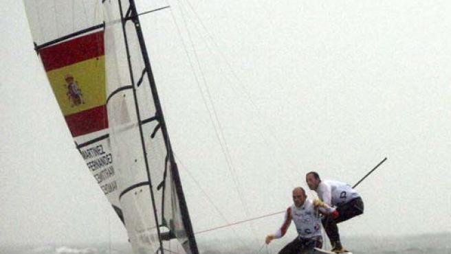 """Los regatistas españoles en clase 49er Iker Martinez y Xabier Fernández durante la """"medal race"""" (Efe)"""