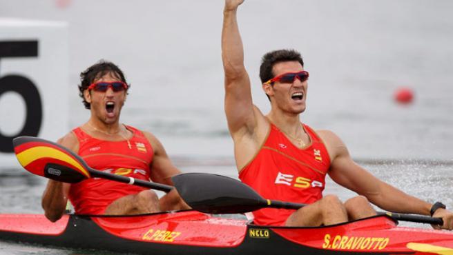 Los palistas españoles Saúl Craviotto (dcha) y Carlos Pérez celebran su medalla de oro en la final de K-2 sobre 500 metros de piragüismo en Pekín 2008. (EFE)