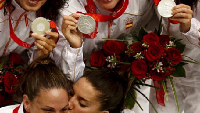Las nadadoras del equipo español de natación sicronizada celebran la medalla de plata en la modalidad de conjuntos. (EFE)
