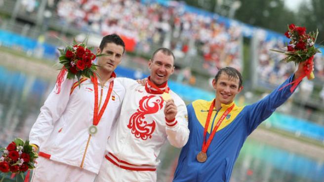 El palista español David Cal, el ruso Maxim Opalev y el ucraniano Iurii Cheban celebran sus medallas de plata, oro y bronce, respectivamente, al término de la final masculina de C1 500 metros. (EFE)