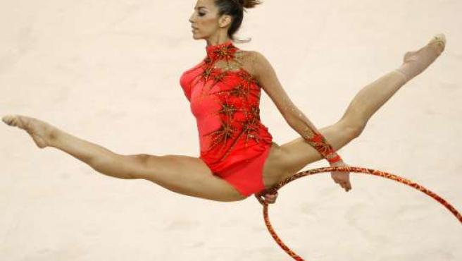 La española Almudena Cid, durante su ejercicio con el aro en la final individual de gimnasia rítmica de Pekín 2008 (EFE)