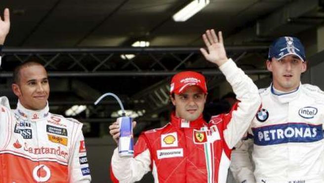 El piloto de la escudería McLaren Mercedes, Lewis Hamilton (izda), saluda junto al piloto Felipe Massa, de Ferrari, y el polaco Robert Kubica (EFE)