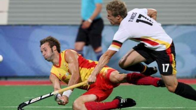 David Alegre (izda) lucha por la bola con el alemán Timo Wess, de Alemania, durante la final de Pekín (EFE)