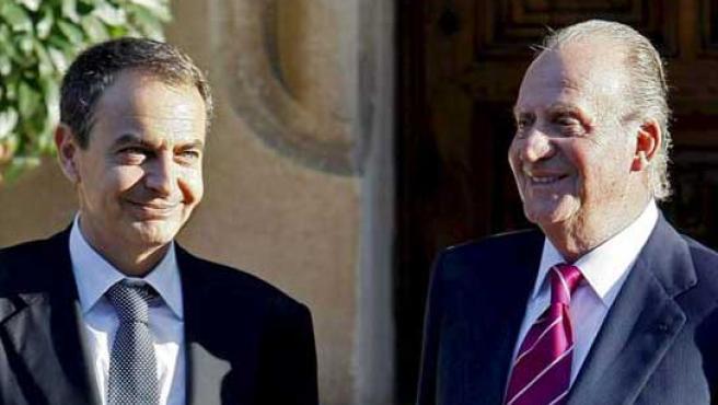El Rey Juan Carlos y el presidente del Gobierno, José Luis Rodríguez Zapatero, en el Palacio de Marivent, en Palma de Mallorca, en una imagen de archivo.