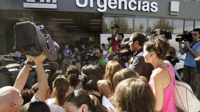 Un numeroso grupo de informadores se agolpa en la entrada de Urgencias del hospital de La Paz, en Madrid. (EFE/Juan Carlos Hidalgo)