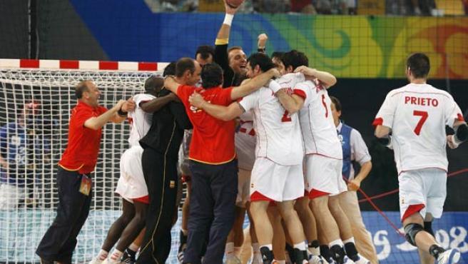España celebra el bronce en balonmano. (REUTERS)