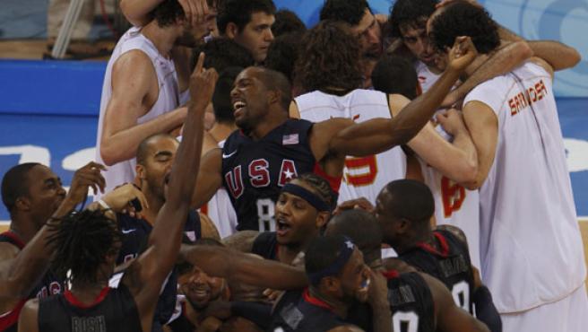 Los jugadores de España y Estados Unidos muestran sus emociones tras la final de baloncesto. (REUTERS)