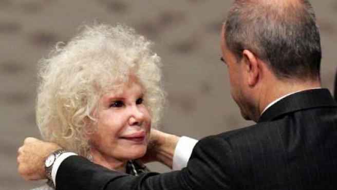 La duquesa de Alba recibiendo la Medalla de Andalucía de manos de Manuel Chaves. (EFE)
