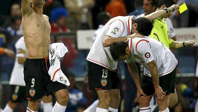 Fernando Morientes celebra su gol. (Efe)