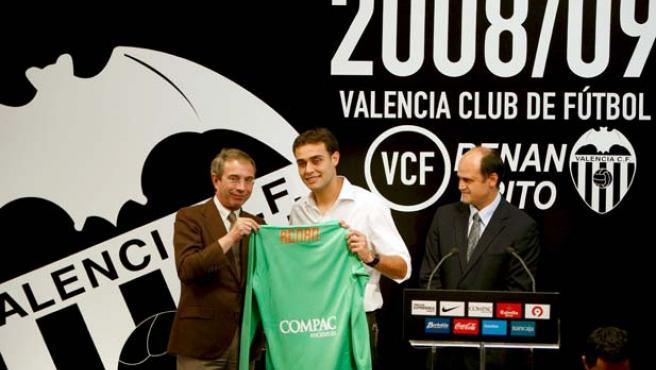 Fernando Gómez, vicepresidente del Valencia, en la presentación de Renan Brito, junto al presidente del Valencia, Vicente Soriano. (EFE)
