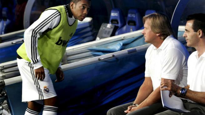El delantero del Madrid Robinho (izq), se acerca al entrenador, Bernd Schuster (centro) y al segundo técnico, Manuel Ruiz.