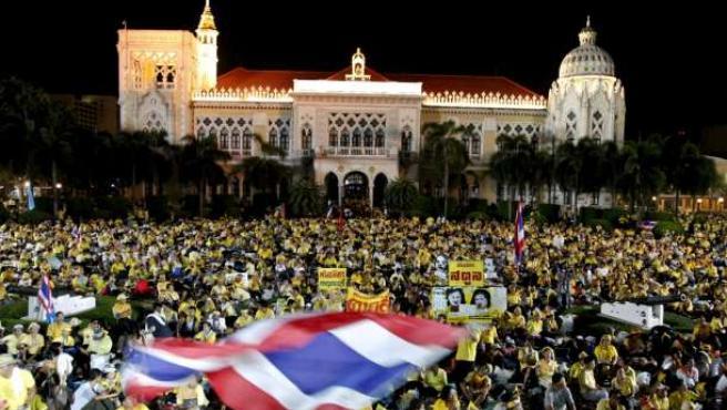 Manifestantes anti-gobierno rodean la sede gubernamental en la protesta liderada por el Partido de la Alianza Democrática. EFE/R.Y