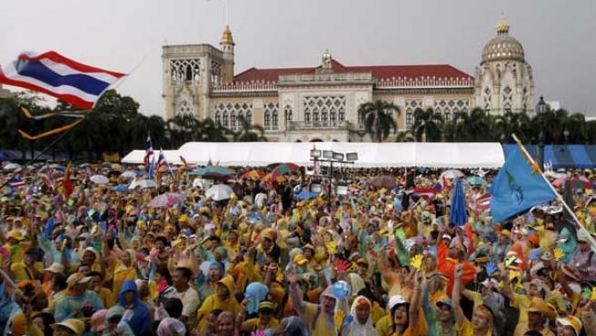 Simpatizantes de la Alianza del Pueblo para la Democracia (APD) gritan consignas contra el Gobierno tailandés (EFE).