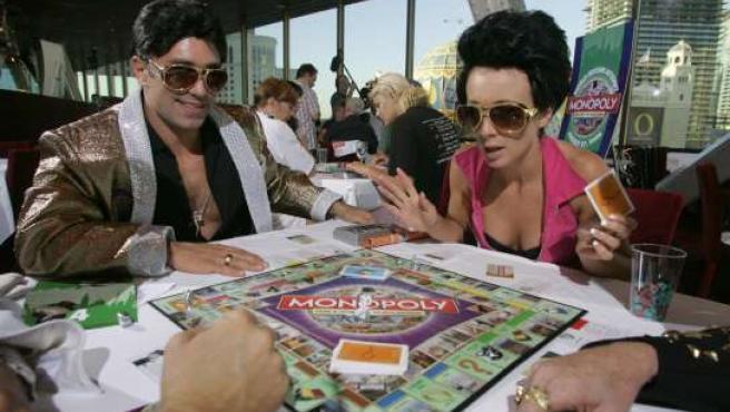 Dos participantes juegan al Monopoly en Las Vegas. (REUTERS)