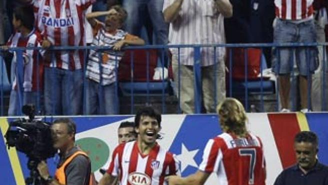 Agüero y Forlán celebran el gol del argentino. (REUTERS)