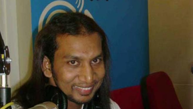 El locutor indio Dheena en un estudio de radio. (FOTO: Indiaprwire)