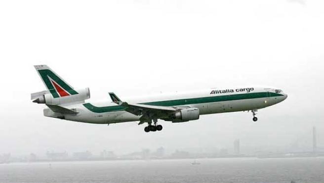 Un avión de Alitalia Cargo, una de las divisiones de la compañía afectada por el plan de despidos de Air France. (ARCHIVO)