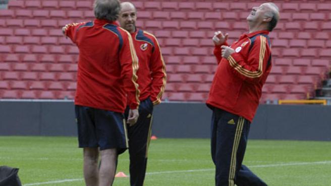 Del Bosque golpea el balón con la cabeza en un entrenamiento. (EFE)