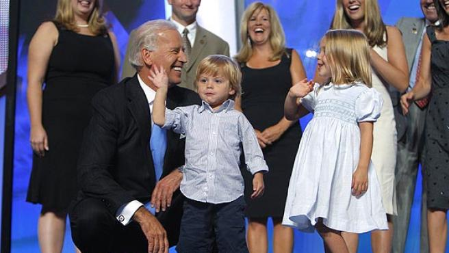 Joe Biden, con su familia, en el escenario de la convención.